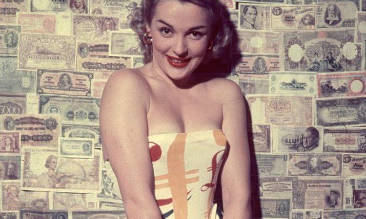 Una ragazza contornata da soldi