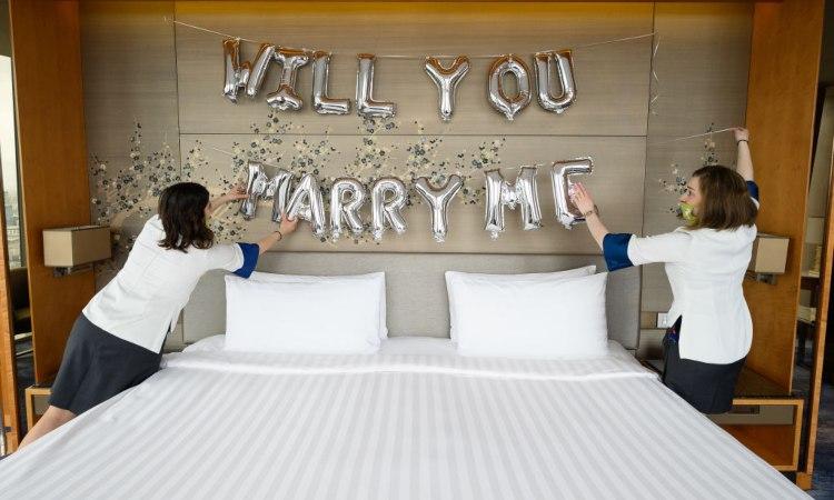 Una sscritta inerente al matrimonio fatta in una camera da laetto