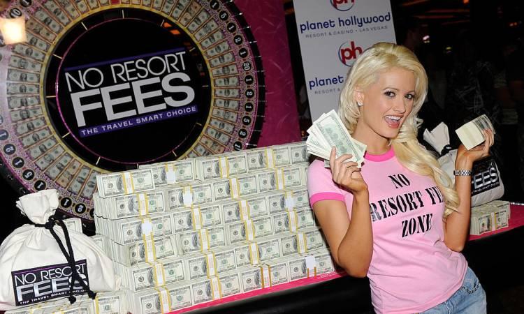 Tantissimi soldi e una ragazza sorridente