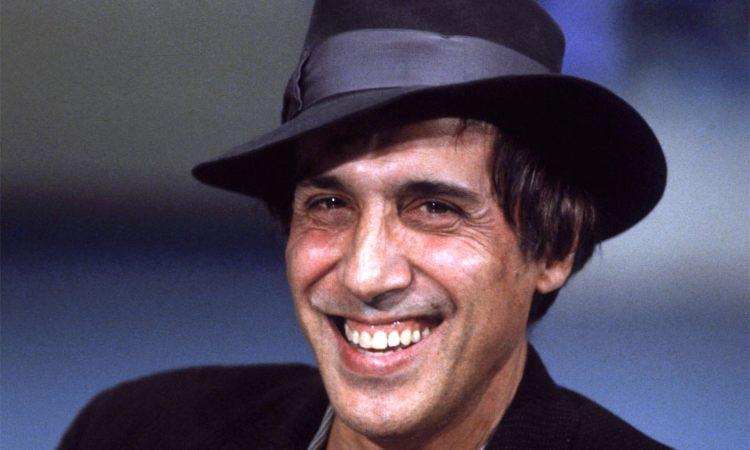 Adriano Celentano sorride con un cappello