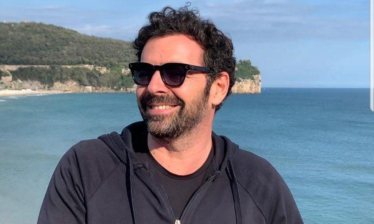 Alberto Matano sorride occhiali da sole