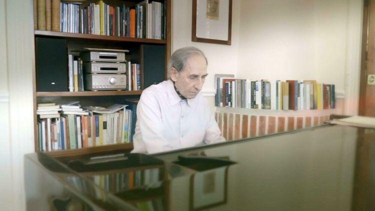 Franco Battiato suona il pianoforte