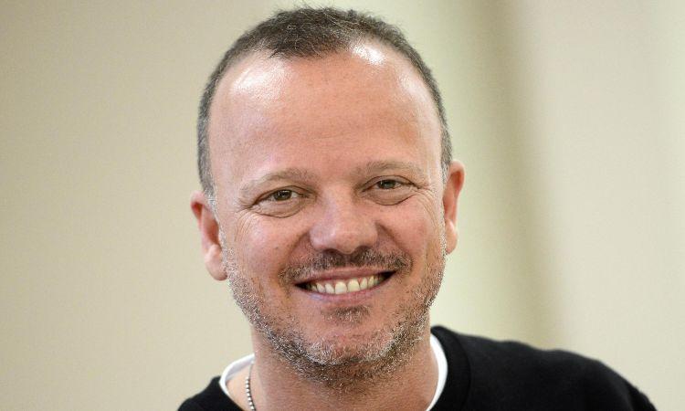 Gigi D'Alessio sorride con barba