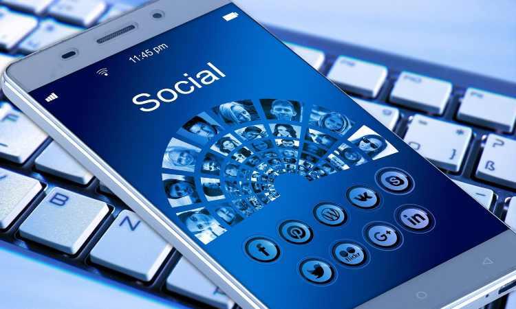 icone social su smartphone