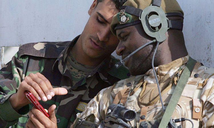 Uno smartphone mostrato da un militare ad un altro