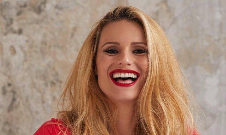 Michelle sorride con rossetto rosso