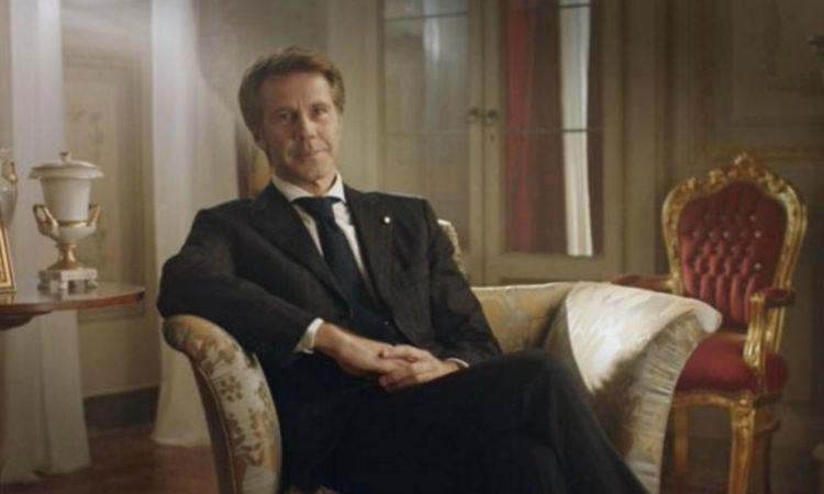 Principe Emanuele Filiberto seduto