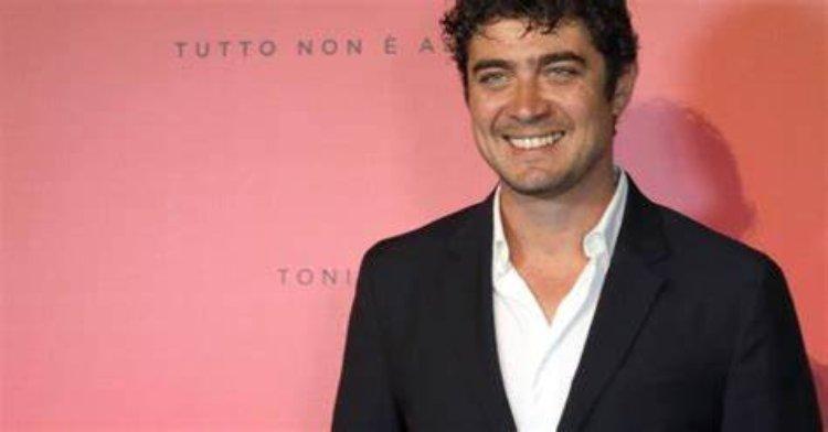 Riccardo sorride
