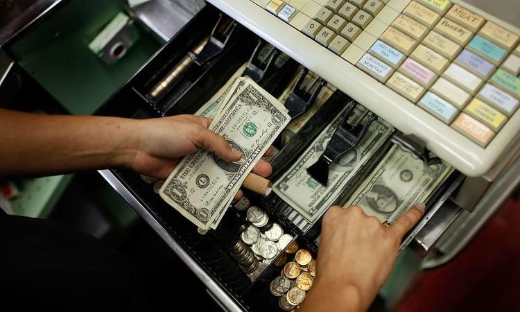 Alcuni soldi dentro una cassa