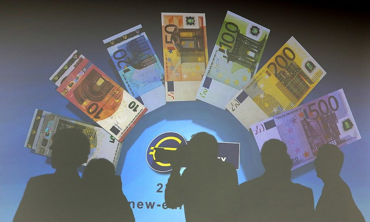 Alcune banconote in euro esposte al muro