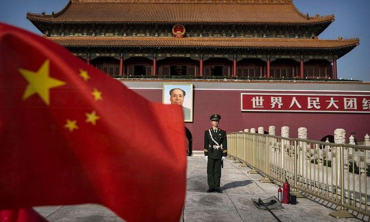 Una bandiera cinese con dei soldati
