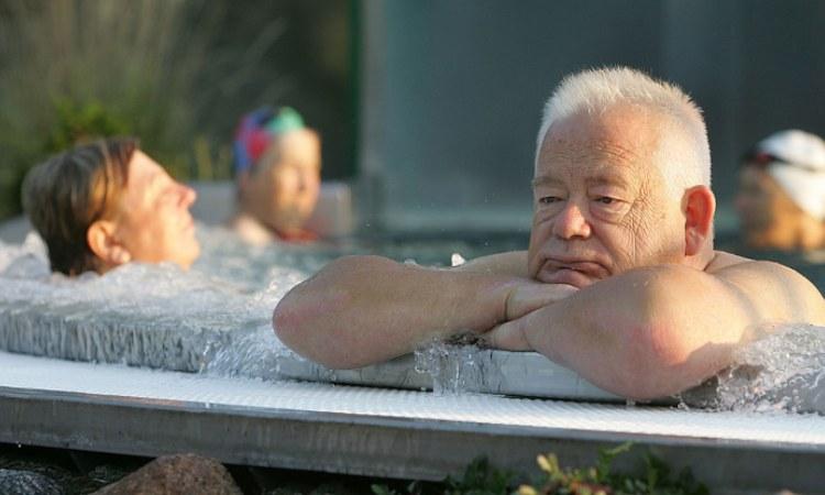 Delle persone anziane dentro una vasca idromassaggio