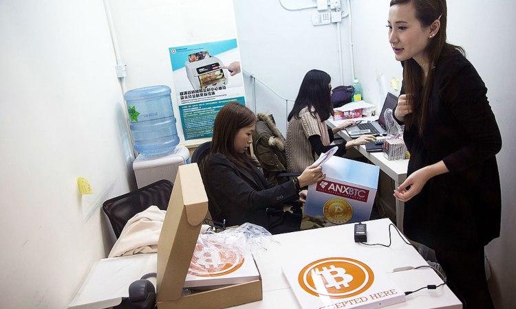 Un ufficio con delle scatole dei Bitcoin sui tavoli