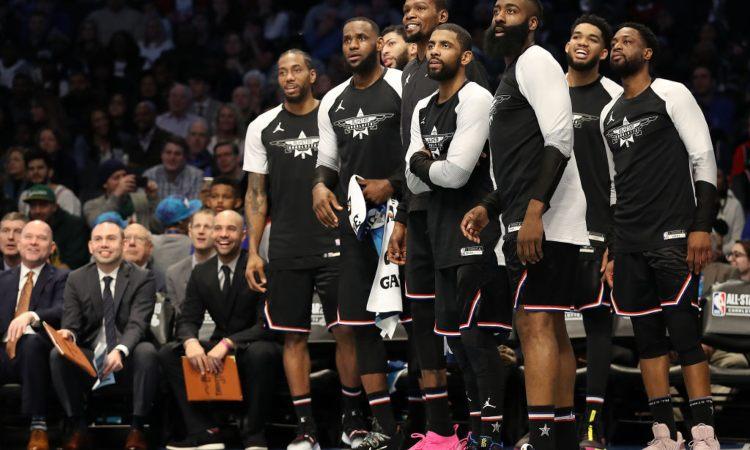Un po' di giocatori di basket vicini fra di loro