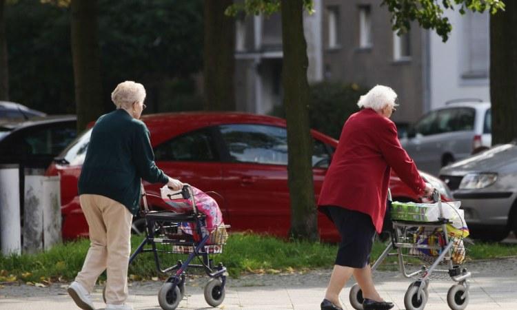 Due persone trascinano due carrelli