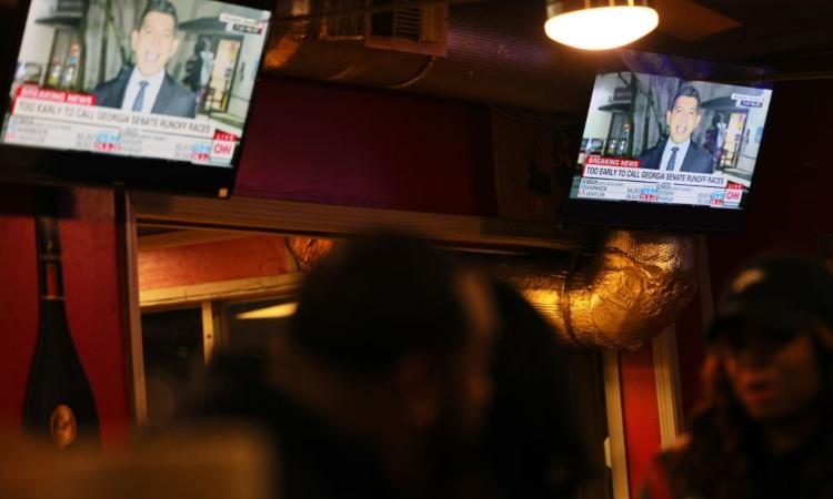 Il telegiornale visto da dentro un locale
