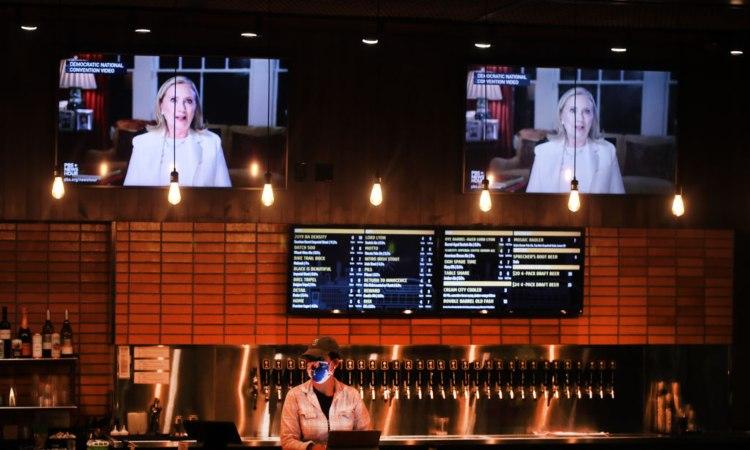 Due televisioni posizionate in alto in un locale