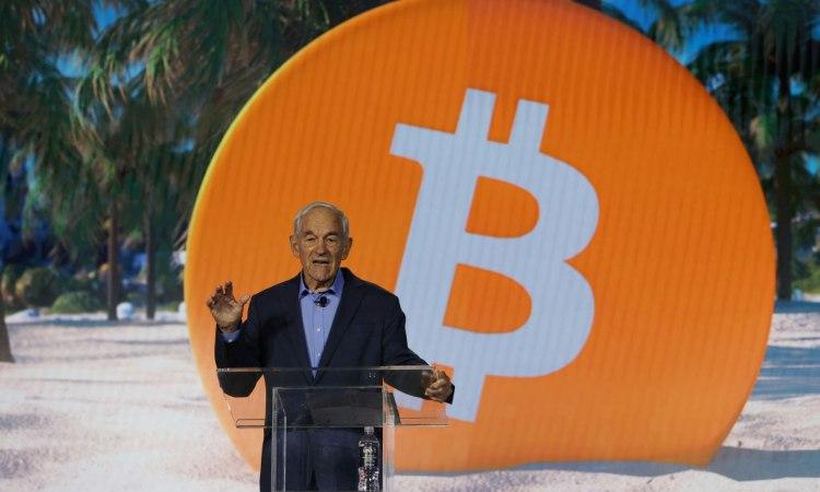 Ron Paul, deputato statunitense,alle prese con un discorso inerente i BTC