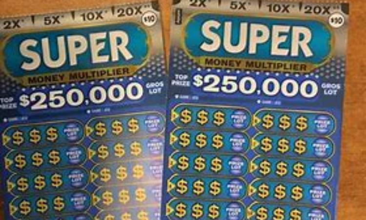 Due biglietti dei gratta e vinci 'Super money'