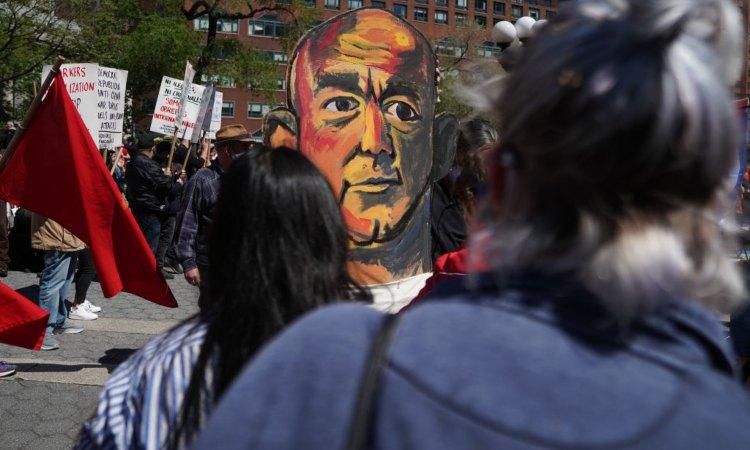 Jeff Bezos disegnato su un cartellone di protesta nei suoi confronti