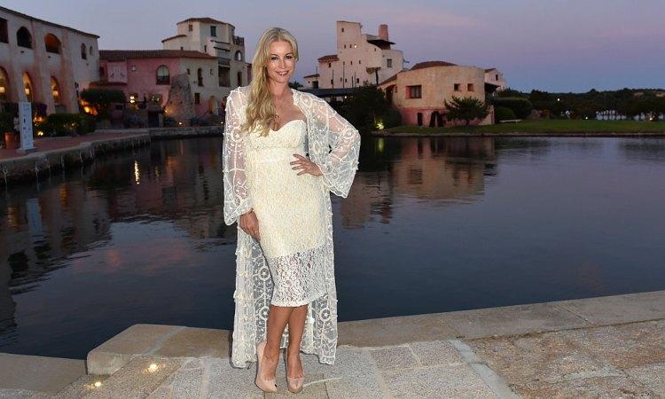 Una showgirl posa in Sardegna