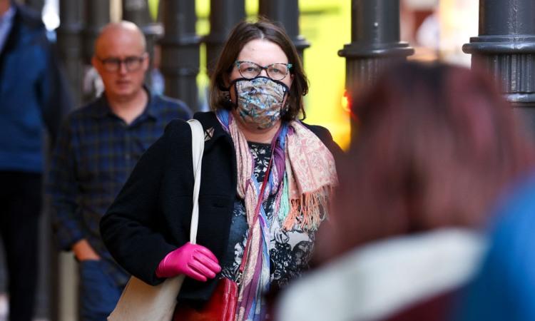 Una donna con indosso una mascherina stilizzata