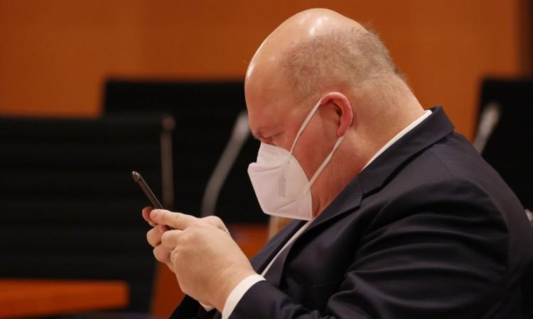 Un ministro tedesco con uno smartphone fra le mani