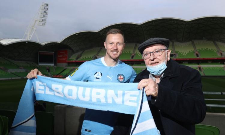 Un anziano con suo figlio calciatore