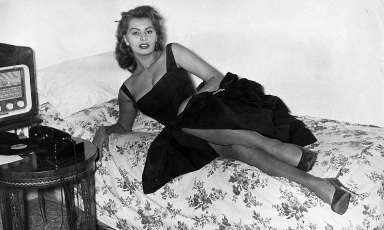 Sophia Loren in posa sopra un letto