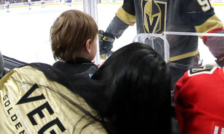 Un giocatore dei Vegas Golden Knights saluta il figlio