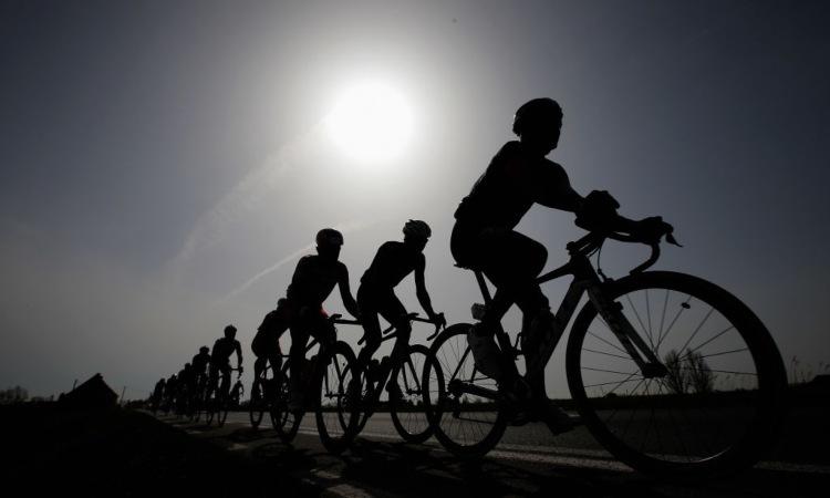 Alcune persone sulla bici