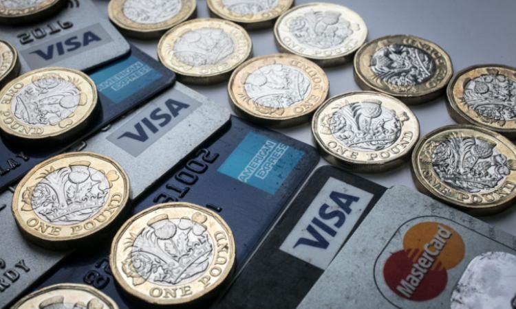Alcune carte di credito vicine a delle monete