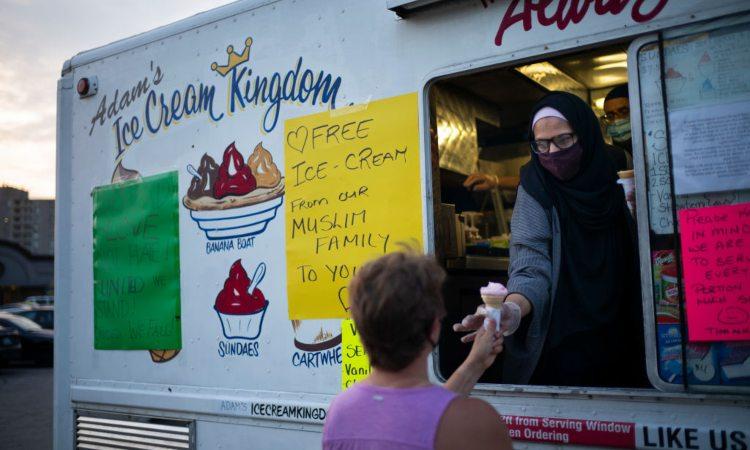 Un rivenditore passa un gelato ad un cliente