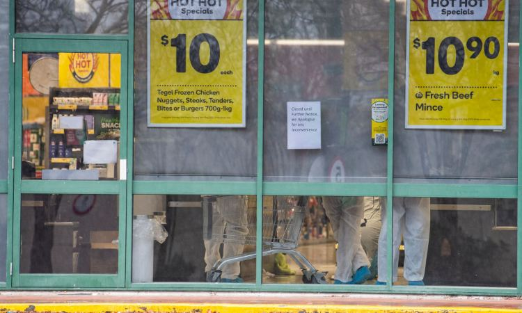 Un supermercato con delle insegne di fuori