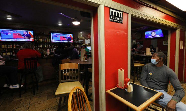 Alcune smart tv dentro un pub