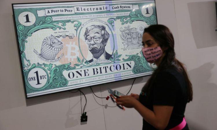 Una donna davanti a una banconota