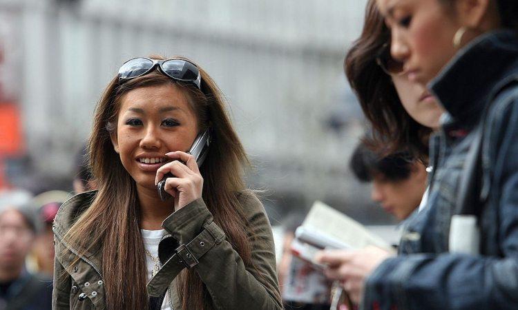 Una persona al telefono sorridente