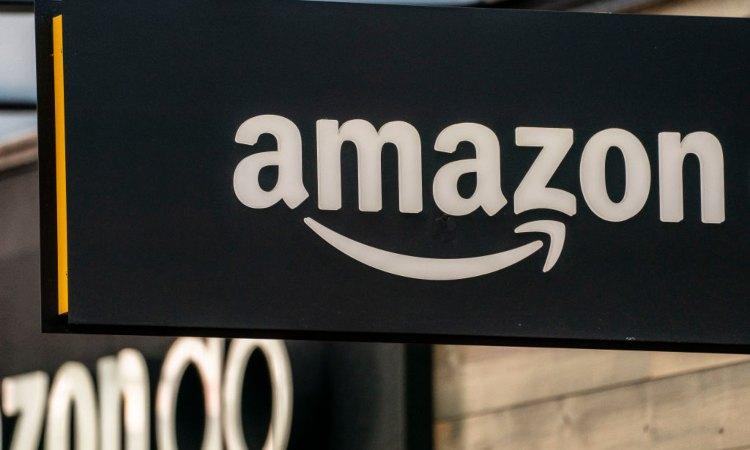 Un'insegna di Amazon
