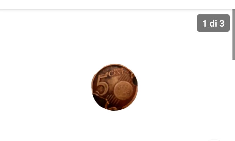 Una moneta da 5 centesimi rovinata