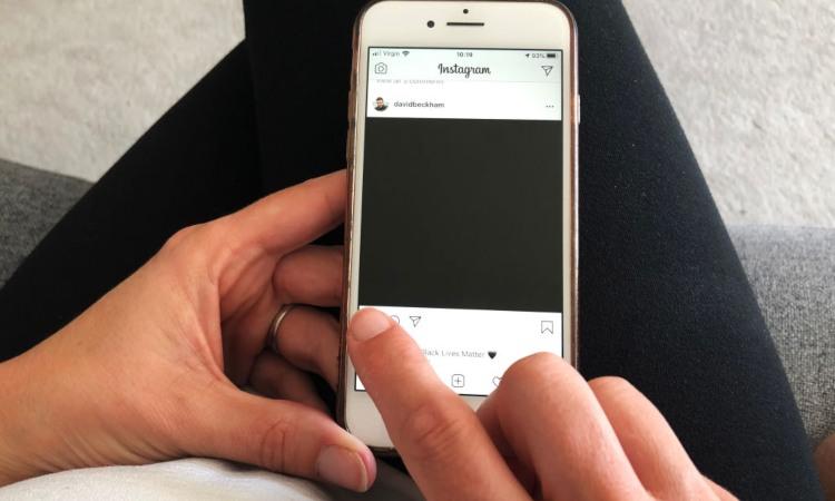 Un display di uno smartphone impostato su Instagram