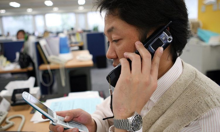 Una persona parla al telefono dentro un ufficio