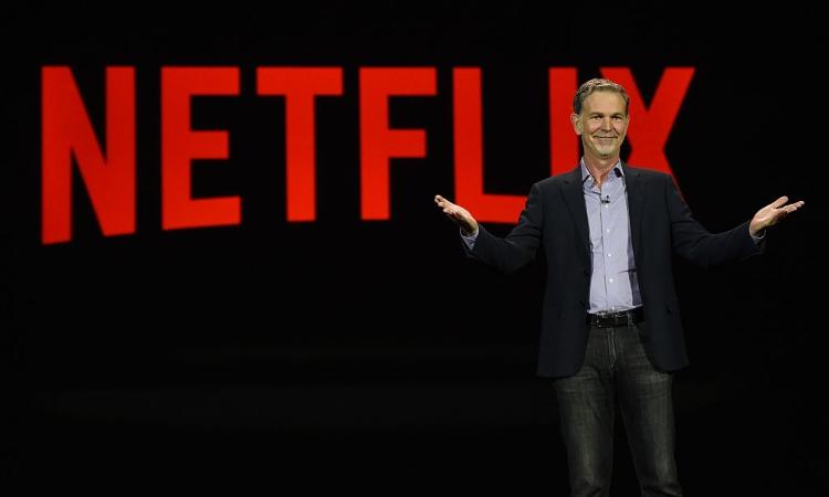 Un uomo davanti alla scritta Netflix