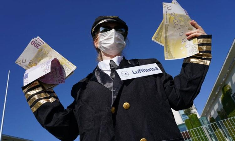 Una donna con delle banconote false tra le mani