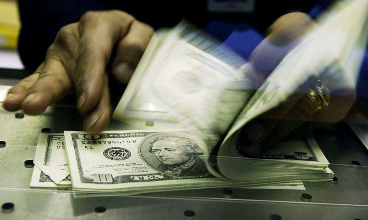 Alcune mani intente a contare dei dollari in banconota