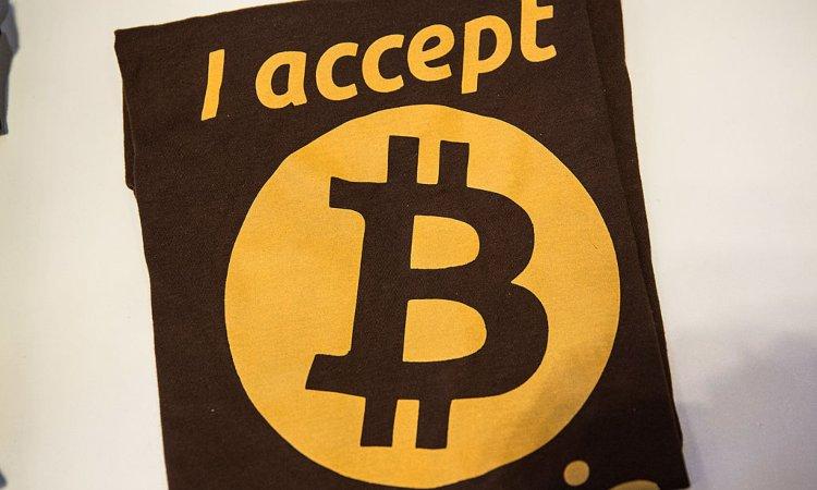 Un'indicazione su stoffa mostra una scritta inerente ai Bitcoin