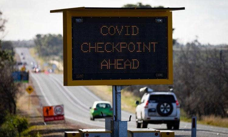 Una segnaletica stradale indica un posto di blocco anti Covid