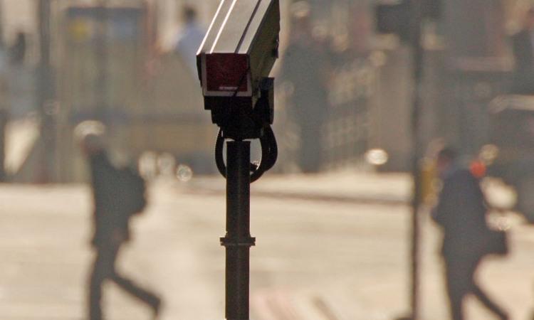 Una telecamera piazzata vicino a una strada