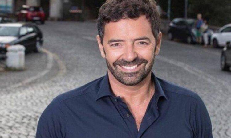 Alberto Matano sorride