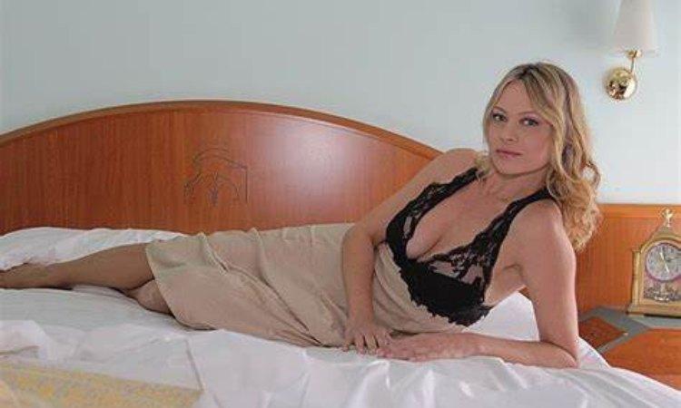 Anna Falchi sul letto