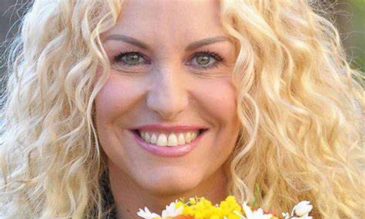 Antonella Clerici fiori e sorride